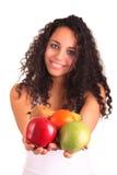 Junge Frau, die Früchte anhält. Getrennt über Weiß Lizenzfreie Stockbilder