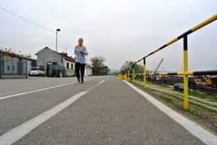 Junge Frau, die am frühen Morgen rüttelt Stockfotografie