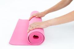 Junge Frau, die für Yoga sich vorbereitet Lizenzfreie Stockfotografie