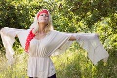Junge Frau, die frei in Sommer glaubt Stockfotos