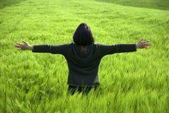 Junge Frau, die Freiheit und Liebe für Natur ausdrückt Stockfoto