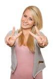 Junge Frau, die Friedenszeichen mit ihren Händen zeigt Stockfotografie