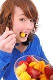 Junge Frau, die Fruchtsalat isst Stockfotografie