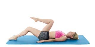 Junge Frau, die Fußboden-Übungen tut Lizenzfreie Stockfotos
