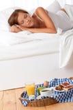 Junge Frau, die gebildetes Haupt frühstückt lizenzfreie stockfotografie