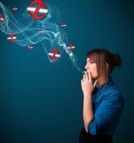 Junge Frau, die gefährliche Zigarette mit Nichtraucherzeichen raucht Stockfotos
