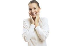 Junge Frau, die gegen weißen Hintergrund überrascht schaut Stockfoto