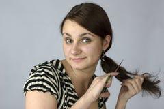 Junge Frau, die geht, Haar zu schneiden Lizenzfreie Stockbilder