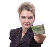 Junge Frau, die Geld gibt. lizenzfreies stockbild
