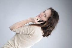 Junge Frau, die Gespräch bildet Lizenzfreies Stockfoto