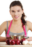 Junge Frau, die gesunde Nahrung kocht Lizenzfreie Stockfotos