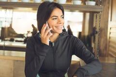 Junge Frau, die gesunden Lebensstil der Innensportkleidung sitzt Lizenzfreies Stockbild