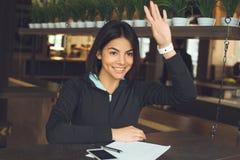 Junge Frau, die gesunden Lebensstil der Innensportkleidung sitzt Stockfoto