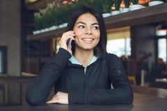 Junge Frau, die gesunden Lebensstil der Innensportkleidung sitzt Stockfotos