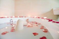 Junge Frau, die am Gesundheits-Badekurort badet Stockfoto