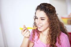 Junge Frau, die Getreide isst Stockfoto