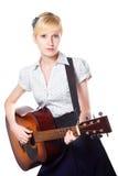 Junge Frau, die Gitarre auf getrenntem Weiß spielt Stockbilder