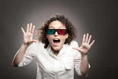 Junge Frau, die Gläser 3d trägt stockfotografie