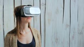 Junge Frau, die Gläser der virtuellen Realität verwendet Stockbilder