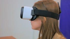 Junge Frau, die Gläser der virtuellen Realität verwendet Stockfotos