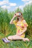 Junge Frau, die Gläser einer virtuellen Realität untersucht Lizenzfreie Stockbilder