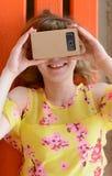 Junge Frau, die Gläser einer virtuellen Realität untersucht Lizenzfreie Stockfotos