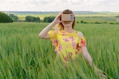 Junge Frau, die Gläser einer virtuellen Realität untersucht Lizenzfreies Stockbild