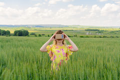 Junge Frau, die Gläser einer virtuellen Realität untersucht Lizenzfreie Stockfotografie