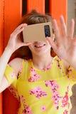 Junge Frau, die Gläser einer virtuellen Realität untersucht Stockfotografie