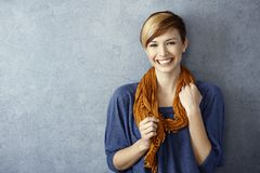 Junge Frau, die glücklich lächelt Lizenzfreies Stockfoto