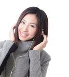 Junge Frau, die glücklicher hörender Musik glaubt Lizenzfreie Stockfotografie