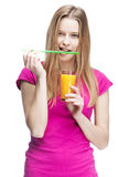Junge Frau, die Glas Orangensaft hält Stockfotografie