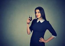 Junge Frau, die Glas Rotwein isst lizenzfreies stockbild