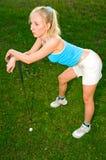 Junge Frau, die Golf spielt Stockfoto