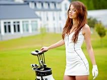 Junge Frau, die Golf spielt stockfotografie