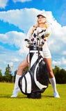 Junge Frau, die Golf spielt Lizenzfreie Stockfotografie