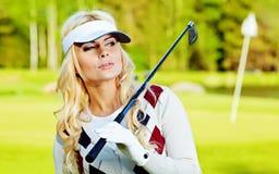 Junge Frau, die Golf spielt Stockbild
