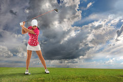 Junge Frau, die Golf spielt Lizenzfreies Stockbild