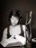 Junge Frau, die großes Buch, Konzentration und Aufmerksamkeit liest stockfotos