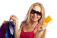 junge Frau, die Gutschein hält Lizenzfreie Stockfotos