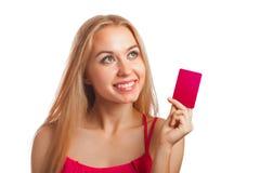 Junge Frau, die Gutscheine hält Lizenzfreies Stockfoto