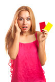 Junge Frau, die Gutscheine hält Stockfoto