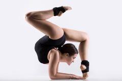 Junge Frau, die Gymnastikhandstandübung tut lizenzfreie stockfotos