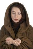 Junge Frau, die Höhle der Hand anhält Lizenzfreie Stockfotos