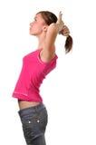 Junge Frau, die Haar anordnet Stockfoto