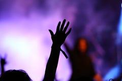 Junge Frau, die Hand in der Luft anhebt lizenzfreie stockfotos