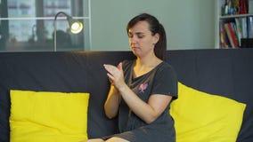 Junge Frau, die Handcreme aufträgt stock video