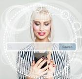 Junge Frau, die Handy gegen virtuelle Anzeige hält Lizenzfreie Stockbilder