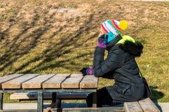 Junge Frau, die am Handy im Park spricht Lizenzfreies Stockbild