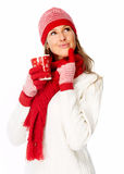 Junge Frau, die heißen Tee trinkt. stockbild